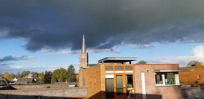 Kerk en donkere lucht.jpg