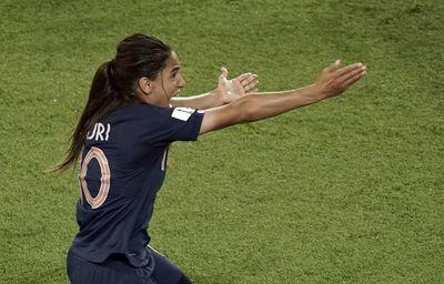 640x410_amel-majri-reclame-main-americaine-lors-quart-finale-coupe-monde-entre-france-etats-unis-29-juin-2019-paris.jpg