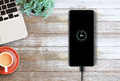 Hoe onderhoud ik mijn oplader en oplaadpoort van mijn smartphone?