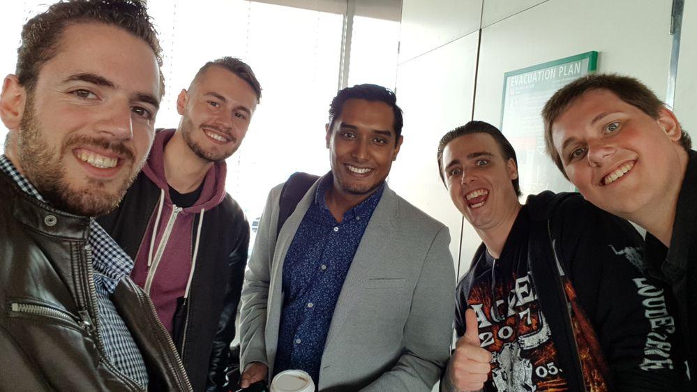 Van links naar rechts: RobertS (Community Manager), BruceH (Moderator), Rohit, Replicah en KevinW